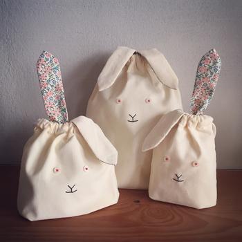 耳のパーツを作って縫いつけて、ボタンなどを使ってちょこちょこっと顔のパーツを刺繍すれば、お子様の大好きな動物たちに変身! 無地のシンプルな生地でも、アイディア次第でこんなに可愛い袋物が作れるんですね。