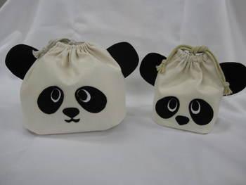 こちらはフェルトをアイロン接着して作れる、お手軽・可愛い、お子様に大人気の「親子パンダ」の巾着袋。お弁当の時間に、お友だちの熱い視線を集めそう!  作り方は下のリンクをご覧くださいね。