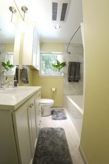 グリーンを飾ると無機質になりがちなバスルームにナチュラル感をプラスできます。 フェイクグリーンが手軽で便利ですが、浴室でも育てられる種類のグリーンもありますよ。