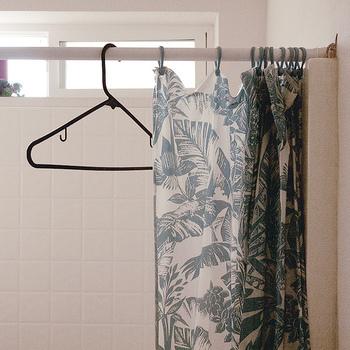 シャワーカーテンで柄を採り入れるだけでも華やかになりますね。デザインだけでなく、防カビなどの素材にもこだわって選びましょう。