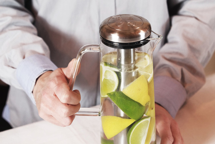 こちらは、冷たい飲み物を薄めずに楽しめる新しいアイテム。中央のバーに水を入れて凍らせることで飲み物を冷やします。このままテーブルに出しておいてもぬるくならないので、夏のホームパーティなどにおすすめです。