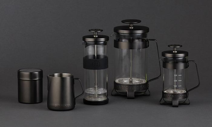 きりりと引き締まったブラックテイストの「ガンメタル」は、ぐっと大人の雰囲気に。モノトーンのデザイン家電で揃えたキッチンによく似合いそうです。