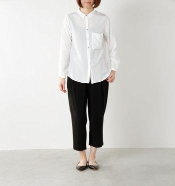 シンプルなモノトーンコーデは、白シャツについたボタンがさりげないアクセントになっています。クロップドパンツで足首をみせて抜け感を出せば、ローヒールパンプスでもきれいめの着こなしになります。
