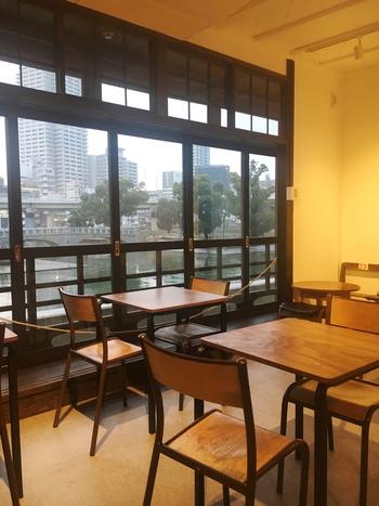 近代和風のレトロな店内は、椅子とテーブルが並べられ、大きな窓からゆったりと川を眺めながらコーヒーを飲む事ができます。