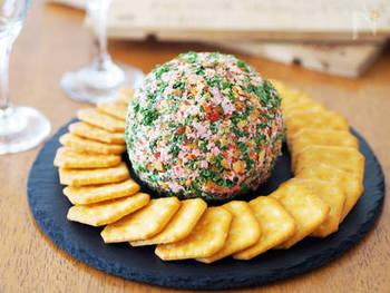 クリームチーズに、ハムやパセリ、アーモンドなどのみじん切りを混ぜただけ。簡単なのに、ナニコレ?と注目されちゃう不思議なクリームチーズボール。おつまみにもぴったり。クラッカーなどを添えてどうぞ。