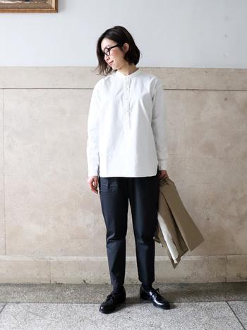 シンプルな形の「マイヨ」のスタンドカラーシャツ。さりげない中にも上質な質感が伝わる、大人のためのシャツです。ホワイトのほかにもブラックや鮮やかなインクブルーなどもあります。