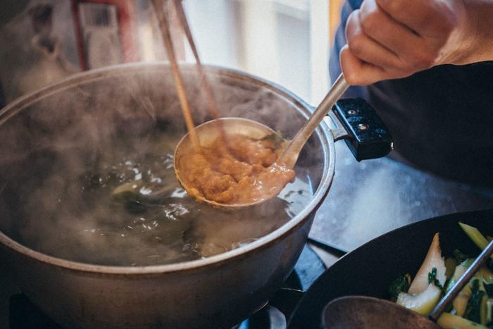"""「さしすせそ」の""""す、せ、そ""""(酢、醤油、味噌)は、全て発酵調味料。発酵調味料は、熱を加えることで、独特の風味が飛んでしまうという特徴があるので、最後の方に入れるのが好ましいとされています。  酢は、早めに入れて火にかけると、酸味が飛んで、程よいまろやかさになります。逆に、ある程度の酸味が欲しい場合には、二度に分けて入れるなどの工夫をしてみましょう。  また、醤油や味噌を最後に入れるのは、素材が持つ香りや風味を逃さないため。食材を柔らかくしたり、アクを取ったり、臭みを取ってくれたりと、様々な役割も合わせ持っています。"""