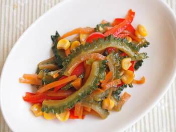 汁気の少ない「きんぴら」はお弁当に入れやすいおかずのひとつ。ゴーヤ、赤パプリカ、にんじん、コーンと、鮮やかな野菜を炒め合わせたきんぴらです。夏に元気をチャージしてくれそうな一品ですね。