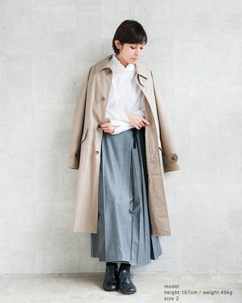 ハリ感のあるコートと白シャツの組み合わせは、春のきれいめコーデの鉄板。ロング丈アイテムでIラインを強調すると、よりすっきりとした印象の着こなしになります。