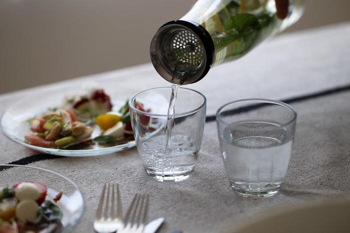 軟水は口当たりがやわらかくてサラリと飲みやすいのが特徴です。またうまみ成分を引き出すことができるので、素材の風味を楽しむ和食には軟水がよく合います。