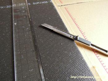 一般のカッターナイフに定規、ハサミがあれば大丈夫。カッターで紙を切るのに、カッティングボードがあるととても作業がしやすいですよ。あとは糊や両面テープ、台紙となる紙や装飾に使う素材を用意します。