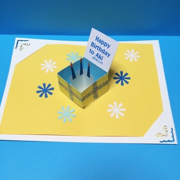 こちらは箱に入ったケーキバースデーケーキ。箱の蓋に贈る方の名前や誕生日を添えることで、ぐっと特別感が生まれます。
