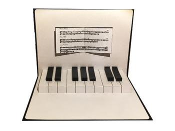 鍵盤を弾けば本当に音が聞こえてきそうな、リアルなピアノのポップアップカード。シンプルなデザインならば、どんな年代の方にも喜んでもらえるはずです!