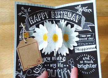 開けば中央のデイジーがかわいらしく広がります。台詞を黒にして、余白に白のペンで書き込めば、チョークアートのようなおしゃれなカードに。
