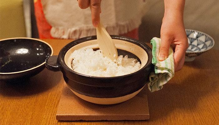 火を止めたら、ふたをしたまま10分程蒸らします。ふたをあけて全体を混ぜたら、完成!おいしい炊き立てご飯をめしあがれ♪