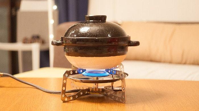 土鍋を火にかけ、中火で10分程。ふたの空気穴から湯気が出てきたら、沸騰の相図。火を弱火にして、さらに15分程炊きます。