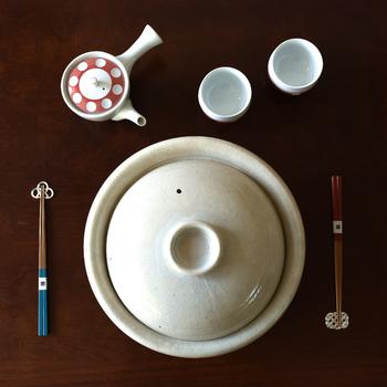 食卓の真ん中に置く土鍋は、形にもこだわりたいですよね。 元問屋として日本の伝統美を生かしつつ現代にあった陶器を生み出しているTOJIKITONYA(トウジキトンヤ)の土鍋。伊賀焼きのつややかな釉薬と、ざらりとした手触りが素朴で何とも魅力的です。