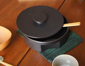 いっけん土鍋に見えない、つるんとしたお鍋。しかし、これもれっきとした土鍋です。持ち手を内側にへこませたスタイリッシュなフォルムは、日本を代表するデザイナー秋田道夫さんが手掛けたもの。 高耐熱素材でできているので、このままオーブンやレンジで使うこともできます。ご飯を炊いて食卓にのせれば、上質感が生まれます◎