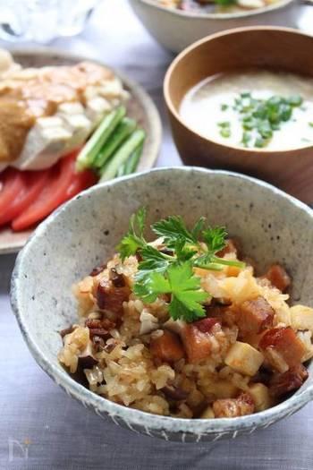 土鍋を使えば、おこわも簡単にできちゃいます。焼き豚、ゆでたけのこ、椎茸を角切りにして、鶏がらスープ・豆板醤・オイスターソース・しょうゆ・酒を入れただし汁を注いで炊き上げます。もち米を使えば、本格的な中華おこわ!もちもちとした歯ごたえと、ピリっと辛い味つけがたまりませんよ。
