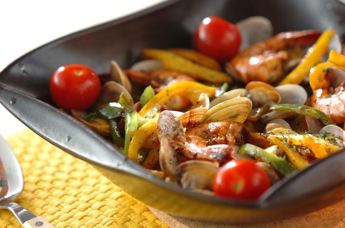 土鍋なら、中華だけでなく、スペイン料理も!アサリをバターで炒め、出た汁とサフランをつけた水でお米を炊き上げます。にんにくの香りを移したオリーブ油でおこのみの魚介と1cm角のピーマン&パプリカを炒めたら、アサリとヘタを取ったプチトマトと共に、ご飯の中にバランスよく盛り付けます。 とっても簡単なのに、魚介のうまみたっぷりの、本格的パエリアが味わえます。見た目も美しく、食卓に彩を添えてくれますよ♪
