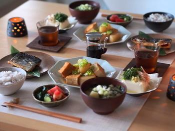 お新香などの香の物は、三菜には含まれませんが、小さな小皿で食卓に並べる場合は、ご飯と汁物の間にちょこんと置くようにしましょう。イメージは定食屋さんや旅館の朝ごはんです。そう考えるとイメージしやすいですよね。