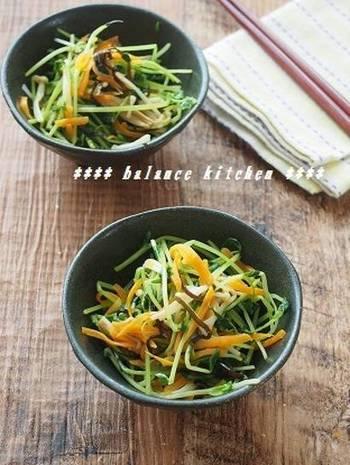 今年は野菜が高騰しており、お助け野菜として注目を浴びている再生野菜の豆苗。豆苗はカリウムが豊富で体内に溜まった毒素を排出させてくれる作用も期待できる注目の野菜です。その豆苗を塩昆布とごま油で和えたとっても簡単な副菜です。カリウムの他にもビタミンや食物繊維も豊富なので、メインディッシュを選ばず副菜として活躍してくれます。色彩も鮮やかで◎