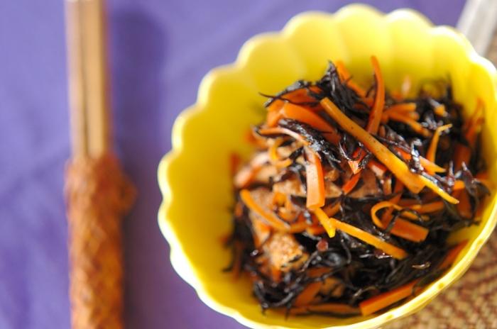 ご飯に混ぜてもOKなヒジキの煮物は万能な常備菜。ヒジキはミネラルがとっても豊富。そしてニンジンも入るのでビタミンも摂取できます。他にも大豆やこんにゃくを入れてボリュームを出しても良いですね。焼き魚や炒め物がメインの時にオススメの副菜レシピです。