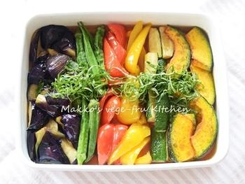 野菜の旨味を生かした、夏野菜の揚げ浸しは、彩りもプラスしてくれますしビタミンも豊富に摂取できます。和洋中選ぶことなく副菜として使えるのも嬉しい。