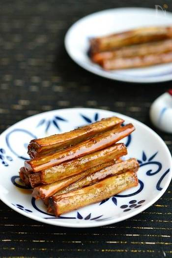 食物繊維豊富なゴボウは、噛み応えもあり日持ちもするので作っておくと便利な常備菜。お弁当にも使えます。また、薄切りの豚肉で巻いて焼けば立派なメインディッシュにも早変わり。様々なアレンジもできますよ。主食のごはんが混ぜご飯やちらし寿司などの時にも活躍してくれる副菜レシピです。