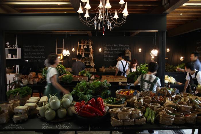 ドイツ人シェフ、マーカス・ボス氏がプロデュースする「MaY」から生まれた新鮮野菜のマーケット「メイマルシェ」。札幌の古き良き住宅街・山鼻の一角で2007年にオープンしました。ヨーロピアンな雰囲気の、シックでおしゃれな空間にさまざまな種類の西洋野菜が揃い、シェフや生産者さんに直接おいしい食べ方を尋ねることができます。2018年は6月30日〜10月13日の毎週土曜日、10:30〜12:45のオープン予定です。