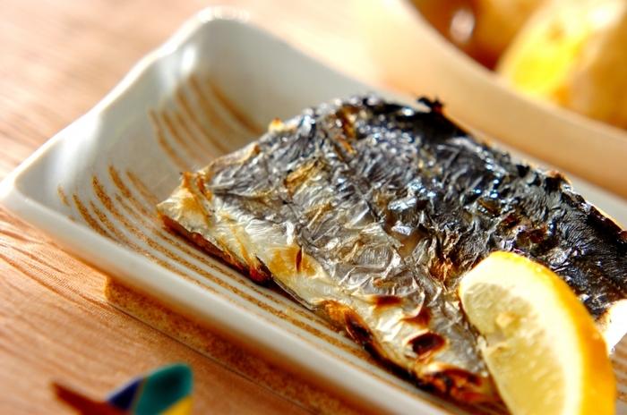 シンプルなさわらの塩焼きには、少し味が濃いめの副菜でもOKです。煮物や煮浸し、サラダなど少し大きめの器に盛り付けられるものをチョイスするとテーブルも見栄えよくなります。副菜のチョイスは、さわらの塩焼き以外にも、焼き鮭や、ブリの塩焼きなど、焼き魚系のメニュー構成にも生かせます。