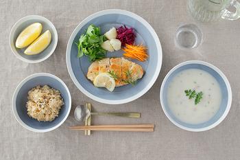 一汁三菜は、それぞれを個々に器に盛り付ける方法も良いですし、ワンプレートにまとめてももちろんOK。一汁三菜の良いところは、食を俯瞰で総合的に考えることができるので、栄養や彩りなども難しいこと抜きで、バランスよく食卓を構成できるところなんです。