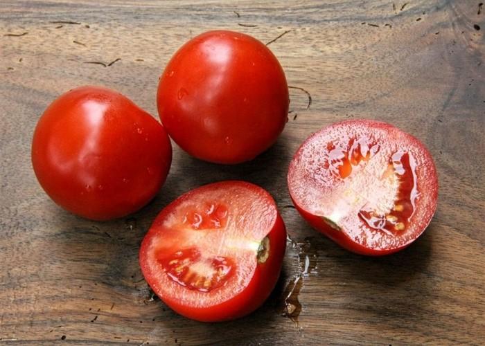 野菜を冷凍保存する時は、一手間かけた冷凍保存を覚えておくと便利です。例えば、トマトはザクザク切って冷凍しておく。それだけですが、カットしておくことでソースやスープを作るときに使いやすくなります。