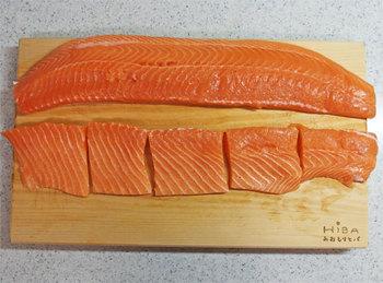 一人暮らしだからコストコに行っても買い物できない…なんて諦めていませんか?冷凍保存をしっかりマスターすれば問題なしですよ。例えば、肉類はタッパから出し、小分けにラップ。しょうが焼き用などは、あらかじめ味付けしてラップし冷凍保存でも◎ 魚は切り身であれば、そのまま一切れずつラップして冷凍し、大きい画像のようなサーモンフィレはカットし、小分けにラップで包んで冷凍しておけばOKです。冷凍保存の裏技を覚えて賢く買い物しましょう。