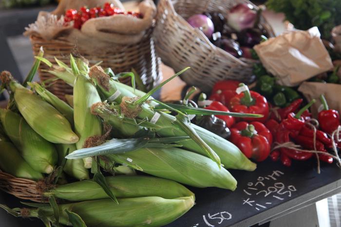 全国から品物を調達するスーパーマーケットと違い、マルシェに並ぶのは地元や近郊で作られたものが中心。地域や季節によってラインナップが変わり、より新鮮なものが手に入るのが特徴です。「今がいちばんおいしい」野菜たちの、顔ぶれの移り変わりを楽しみましょう。 *写真は、札幌・メイマルシェ