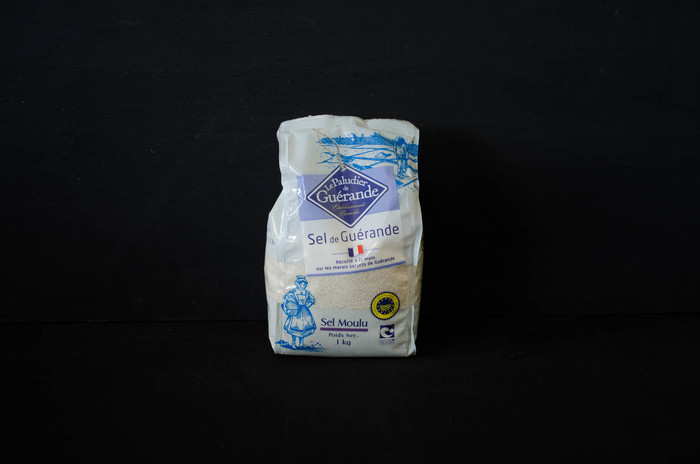 """フランス西海岸、ブルターニュ地方にある塩田で作られている""""ゲランドの塩""""。太陽と風の力が作り出す自然の恵みは、1000年以上もの長きにわたって、塩職人達の手により、機械をほとんど使わず、先祖代々伝わる伝統的製塩法で作られています。"""