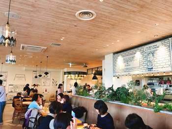 その中に、アメリカ西海岸のシーサイドダイナーをイメージした「PEANUTS DINER(ピーナッツ ダイナー)」が、2017年にオープンしました。美味しい食事とオーシャンビューの心地よい店内の雰囲気に、スヌーピーファンのみならず、連日多くの客で賑わっています。