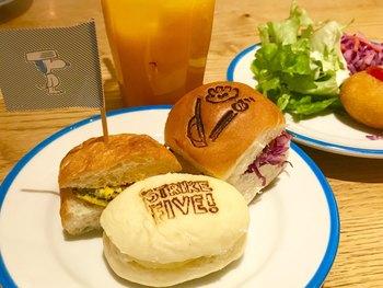 料理もスヌーピーの登場人物にちなんだ可愛らしい料理がいっぱい。中でも、チャーリー・ブラウンのプルドポーク・スライダーなどのスライダーは、ミニサイズなので女性や子どもを中心に人気があります。