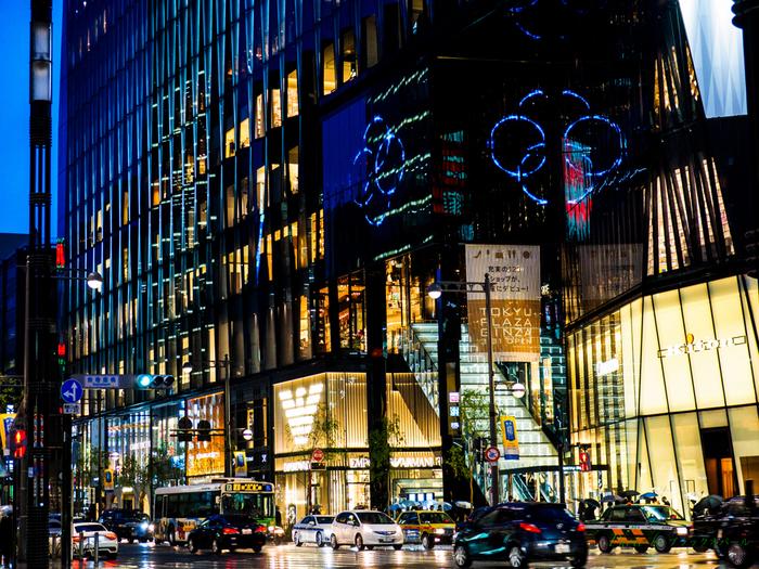 東京都中央区銀座の数寄屋橋交差点に面する、再開発の複合商業施設「東急プラザ銀座」。旧銀座東芝ビルの跡地に、2016年にオープンしたこちらの施設は、日本の伝統工芸である江戸切子をモチーフとした外観や、キリコラウンジなどのパグリックスペースが注目を集めています。