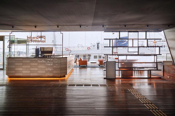 柱のない大空間や、屋上の天然の芝生、スロープとエレベーターにより上下階に移動できるバリアフリーの建物として注目されている国際客船ターミナルの2Fにあるオーシャンビューの「Cafe&dining blue terminal 」。