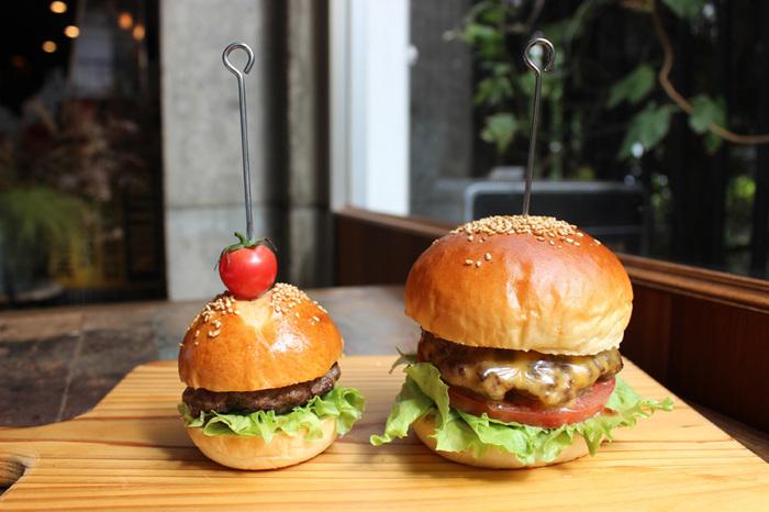 普通のバーガーと比べると半分ほどの大きさなので、軽く食べたいときやおつまみにピッタリ。週末はスライダーをおつまみに乾杯すれば、仕事の疲れが一気に癒されるかも。