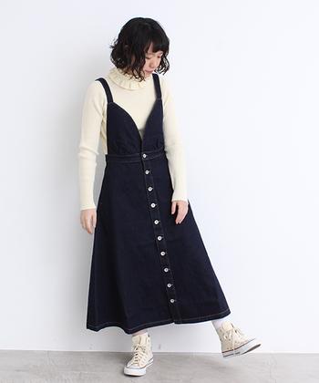 デニムのサロペットワンピースは、シンプルで着回しやすいアイテム。インナーのテイストに合わせて雰囲気をガラッと変えられる洋服なので、一枚持っていると大活躍してくれること間違いなしです♪