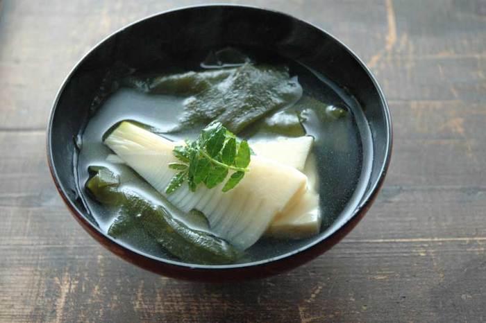 若布(わかめ)と竹の子の名前をとって若竹汁という名前がつけられたお吸い物です。わかめの塩味とたけのこの食感が絶妙なバランスです。