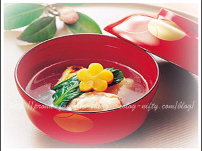 シンプルにあっさりと。角餅と鶏肉をメインに、人参や小松菜で彩りも豊かに。
