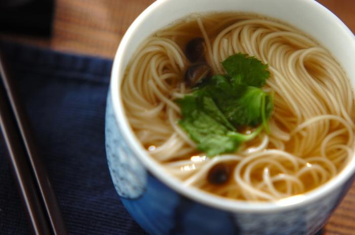 ちょっとボリュームが足りない時に嬉しい素麺のお吸い物。普段の食卓にもう一品という時にはもちろんですが、お夜食にもどうぞ。
