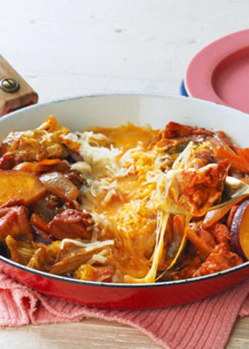 チーズタッカルビは、甘辛いタレに漬け込んだ鶏肉とキャベツなどの野菜を炒め、同じ鉄板やフライパンなどでとろとろに溶かしたチーズをからめながらいただきます。簡単に本場・韓国の味が楽しめる人気のお料理です。