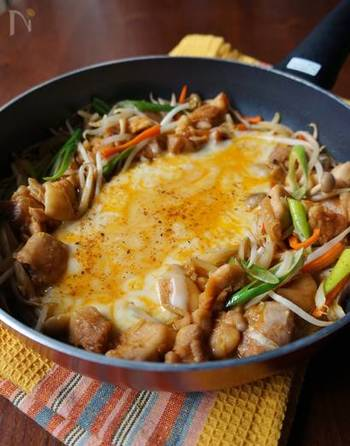 豆板醤と唐辛子を加えることで、大人向けのピリッと辛い味つけにしたチーズタッカルビ。唐辛子は、粉唐辛子を使うと、より本格的な味わいに。お酒が欲しくなりますね。