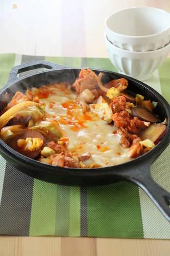 そして、フライパンやスキレットなどにたっぷりの野菜を入れ、鶏肉とともに炒めます。火が通ったら、中央に溝を作り、そこにミックスチーズをたっぷりと川のように敷き詰めます。あとは、とろとろになったチーズを具材にからめながら楽しみます。
