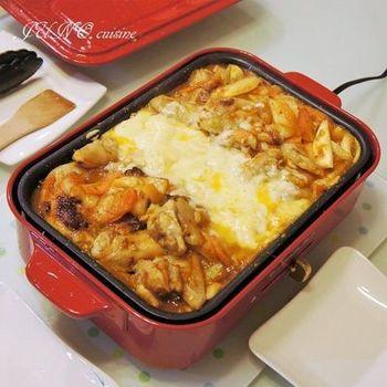 チーズタッカルビは、ホットプレートでも調理できますので、卓上に出してわいわい楽しみたいときに便利ですね。人気のコンパクトなホットプレートを使えば、少人数にちょうどいい分量ができます。