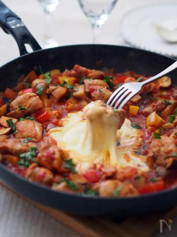 トマト風味をきかせた、爽やかなチーズタッカルビ。カラフル野菜も、色合いが地味になりがちなチーズタッカルビに、鮮やかな印象をもたらしてくれます。〆は、トマトリーズリゾットなどどうでしょう。